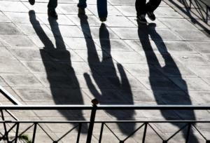 """""""Μαύρο και άραχνο"""" βλέπει το μέλλον το 70% των νέων εργαζομένων"""