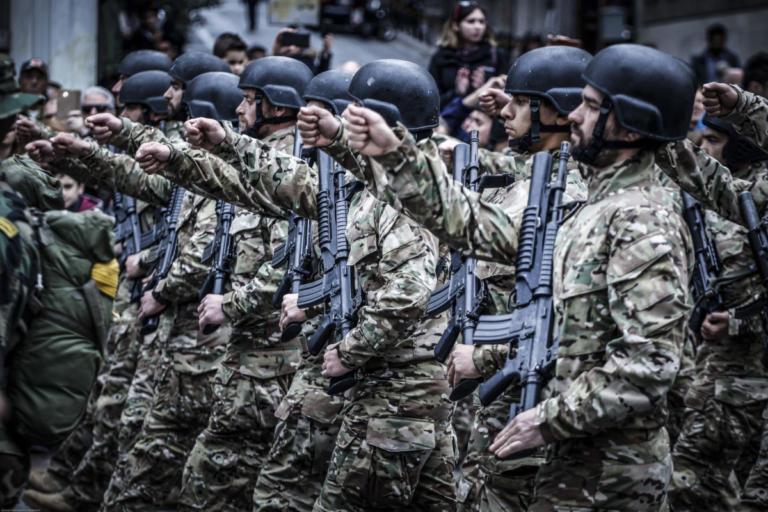Θεσσαλονίκη: Τα ΜΑΤ σταμάτησαν τους διαδηλωτές 50 μέτρα πριν την εξέδρα των επισήμων – Τα μέτρα ασφαλείας στην παρέλαση [pics]