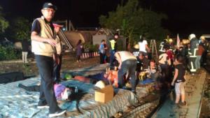 Εκτροχιασμός τρένου στην Ταϊβάν – Τουλάχιστον 17 νεκροί, πάνω από 100 τραυματίες [pics]