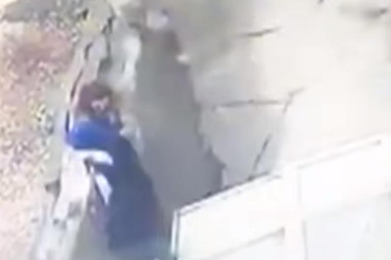 """Τρομακτικό βίντεο! Πεζοδρόμιο ανοίγει και """"καταπίνει"""" δύο γυναίκες"""