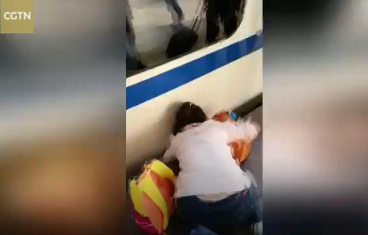 Κοριτσάκι εγκλωβίστηκε μεταξύ συρμού και αποβάθρας! Video