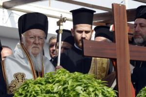 Τρισάγιο στο Μάτι τέλεσε ο Πατριάρχης Βαρθολομαίος – Οι συγκινητικές στιγμές με τον πυροσβέστη που έχασε γυναίκα και παιδί