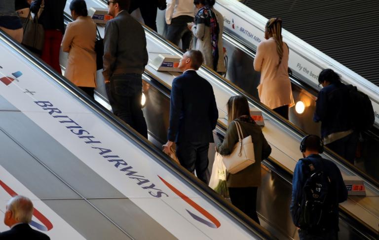 Επιβάτης μήνυσε την αεροπορική εταιρεία επειδή τον έβαλαν δίπλα σε έναν υπέρβαρο!