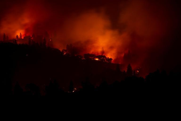 Συγκλονίζει κάμεραμαν που είναι κυκλωμένος απ' τις φλόγες στην Καλιφόρνια – Video [pics]