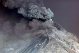 Συναγερμός στη Γουατεμάλα – Εκτοξεύει τέφρα και λάβα το ηφαίστειο Fuego