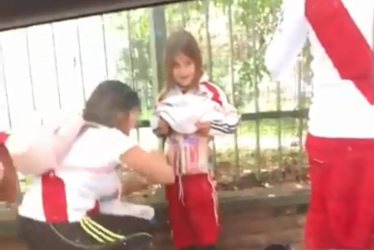 Εικόνα – σοκ! Έζωσαν κοριτσάκι με φωτοβολίδες πριν το Ρίβερ – Μπόκα – video