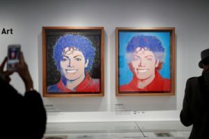 """Παρίσι: Τιμή και δόξα στον """"βασιλιά της ποπ"""" Μάικλ Τζάκσον! [pics]"""