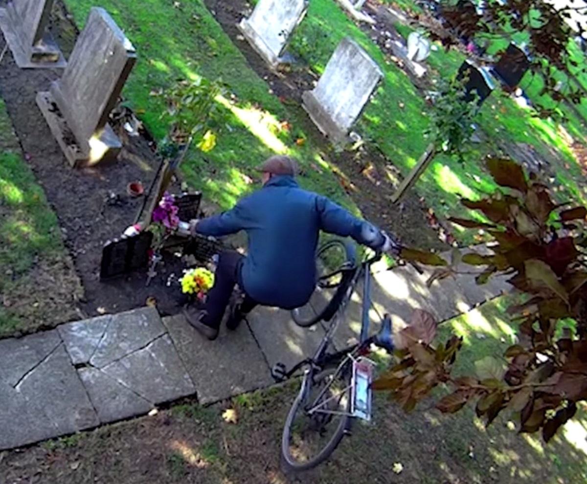 Αθεόφοβος! Ποδηλάτης μπαίνει σε νεκροταφείο και αρπάζει τα λουλούδια από τους τάφους! – Video