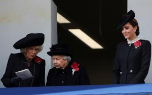 """""""Μουτρωμένη""""… η Βασίλισσα στο μπαλκόνι του Παλατιού – Video [pics]"""