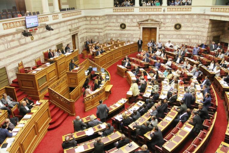 Στη Βουλή διαβιβάστηκαν ποινικές δικογραφίες για Τσίπρα, Καμμένο και Κοτζιά για τη Συμφωνία των Πρεσπών