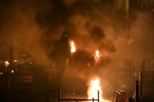 """Νύχτα """"κόλαση"""" στα Εξάρχεια – 19 συλλήψεις για τα επεισόδια στο Πολυτεχνείο"""
