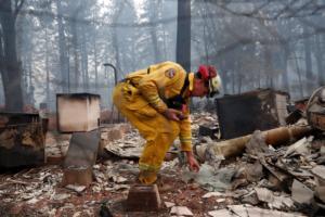 Καλιφόρνια: Ψάχνουν ζωή στις στάχτες! Αγωνιώδεις αναζητήσεις για τους εκατοντάδες αγνοούμενους