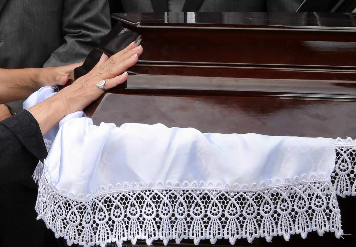 Τρίκαλα: Απίθανες εικόνες κατά τη διάρκεια κηδείας! Κανείς δεν γνώριζε την τελευταία επιθυμία του πατέρα