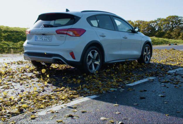 Πού γλιστράει περισσότερο το αυτοκίνητο; Στα φύλλα ή στο χιόνι; [vid]