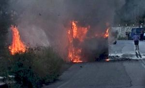 Λευκάδα: Η στιγμή που λεωφορείο των ΚΤΕΛ τυλίγεται στις φλόγες – Κόβουν την ανάσα οι εικόνες της φωτιάς – video