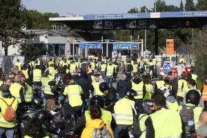 """Συνεχίζουν τις κινητοποιήσεις τα """"κίτρινα γιλέκα"""" – Έκλεισαν δρόμους και πετρελαϊκές εγκαταστάσεις"""