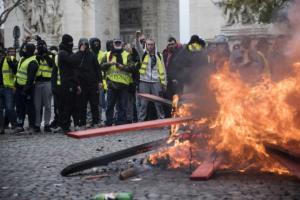 """Το Παρίσι """"φλέγεται"""" από τα """"κίτρινα γιλέκα"""" – Σφοδρές συγκρούσεις με την αστυνομία! – video"""