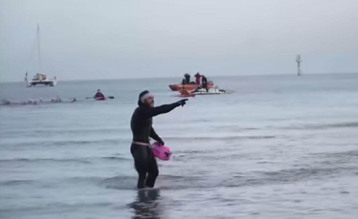 Απίστευτος! Έκανε τον γύρο της Βρετανίας κολυμπώντας! Πόσες μέρες έκανε!