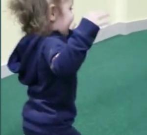 Σοκαριστικό περιστατικό σε παιδότοπο! Δύο αγοράκια επιτέθηκαν και δάγκωσαν άγρια ένα κοριτσάκι! – Video