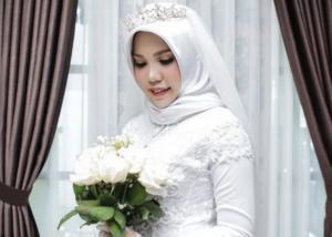 Ινδονησία: Μνηστή θύματος της αεροπορικής τραγωδίας φωτογραφήθηκε με το νυφικό! [pics]