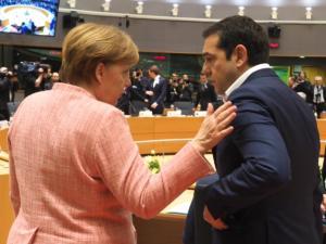 """""""Βόμβα"""" Bloomberg: Η Μέρκελ στηρίζει Τσίπρα για τις εκλογές μέσω… συντάξεων!"""