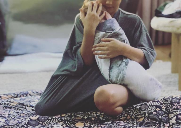 Φωτογράφισε τον 6χρονο γιο της να κρατά αγκαλιά τη νεογέννητη αδερφή του!