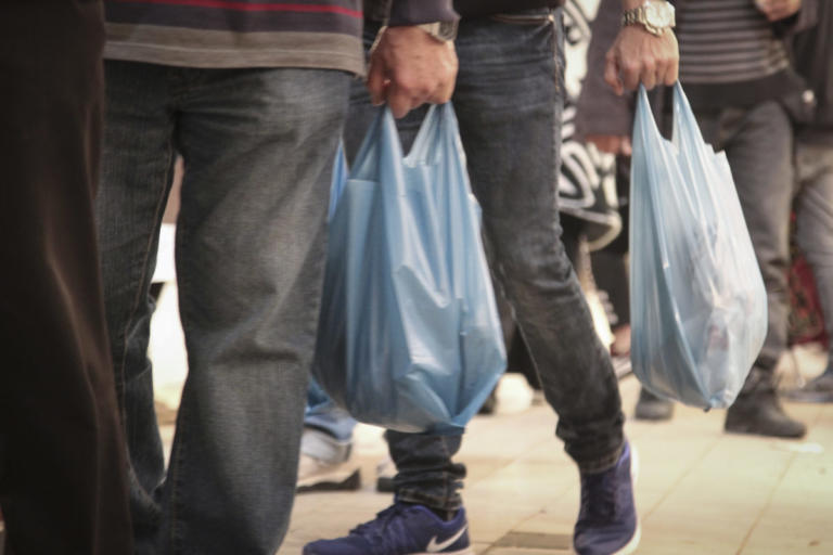 """Φάμελλος: Με ανταποδοτικά μέτρα θα """"επιστρέψουν"""" στους καταναλωτές τα έσοδα από τις πλαστικές σακούλες"""
