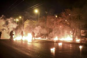 """""""Κάηκε"""" ξανά το Πολυτεχνείο – Οδοφράγματα, μολότοφ, φωτοβολίδες και χημικά [pics]"""