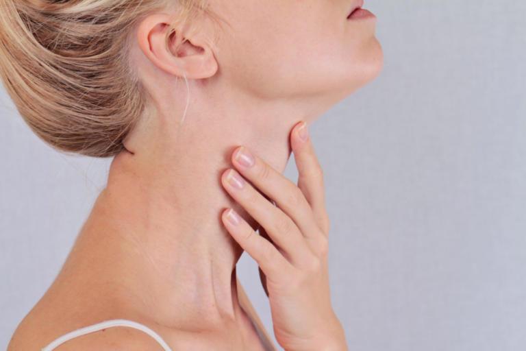 Πρήξιμο στον λαιμό: ΟΛΕΣ οι πιθανές αιτίες – Πότε είναι ένδειξη σοβαρού προβλήματος