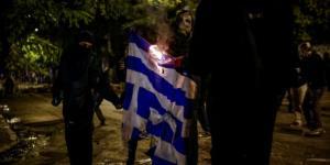 Επέτειος Πολυτεχνείου – Κουκουλοφόροι έκαψαν την ελληνική σημαία – Μαίνονται οι μάχες
