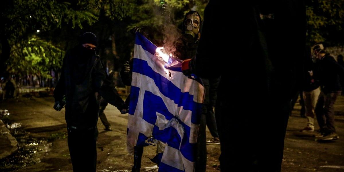 Επέτειος Πολυτεχνείου - Κουκουλοφόροι έκαψαν την ελληνική σημαία - Μαίνονται οι μάχες