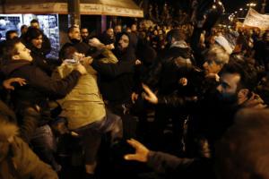 Πολυτεχνείο: Μπουκάλια και γροθιές εναντίον μελών του ΣΥΡΙΖΑ στην πορεία