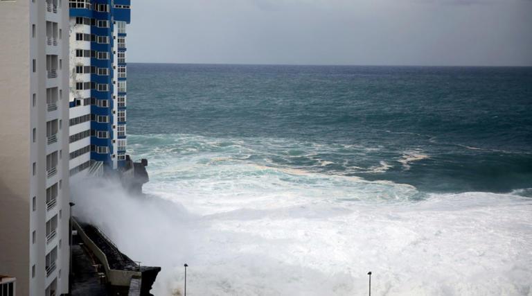 Κύματα θεριά σάρωσαν τα πάντα στην Τενερίφη – Σοκαριστικές εικόνες! Video