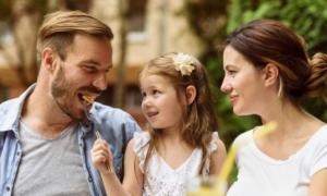 Έρευνα: Οι γονείς προτιμούν το να κοιτούν ακίνητα με τις ώρες από… το να διαβάζουν παραμύθια στα παιδιά τους!