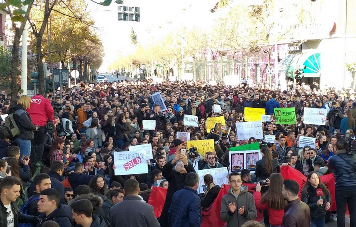 """""""Φλέγεται"""" η Αλβανία από φοιτητικές διαδηλώσεις – Στο στόχαστρο ο Ράμα!"""
