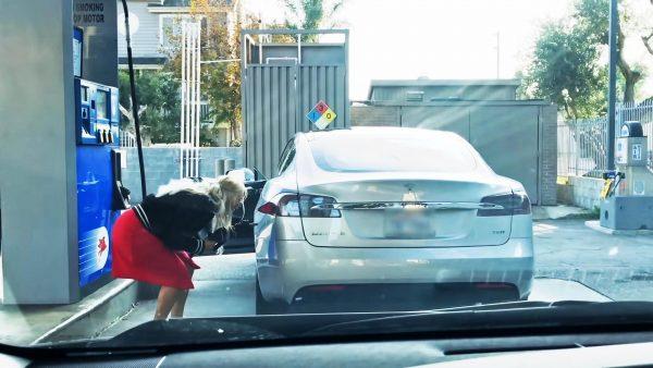Έτσι βγαίνουν τα ανέκδοτα! Οδηγός ψάχνει να βάλει βενζίνη σε ηλεκτρικό αυτοκίνητο!!! [vid]