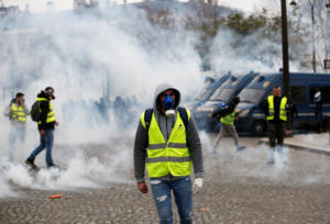 """Πεδίο μάχης το Παρίσι – Συλλήψεις και δακρυγόνα ενάντια στα """"κίτρινα γιλέκα"""" [pics – video]"""