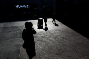 "Huawei: Νέο ""χτύπημα"" στον τεχνολογικό κολοσσό – Σύλληψη δύο υπαλλήλων της στην Πολωνία"
