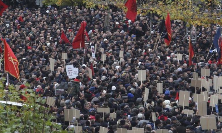 Φωτιά στα Βαλκάνια από το Κόσοβο – Δημιουργεί στρατό