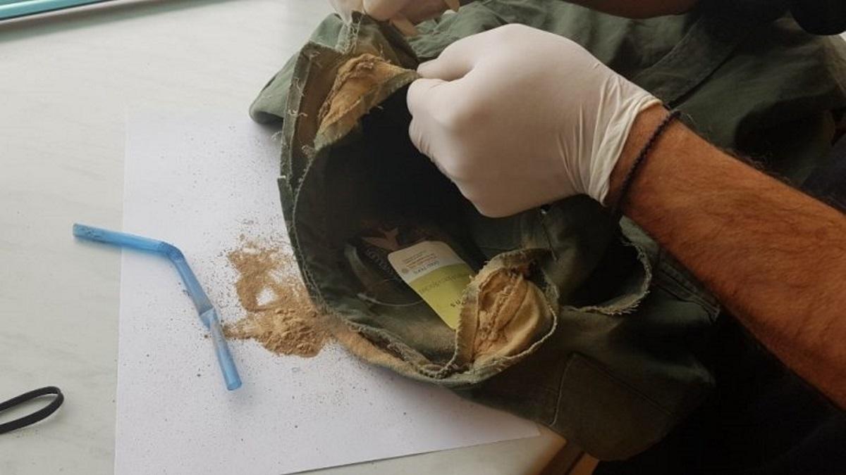 Κρήτη: Έκρυβε ηρωίνη ακόμα και στις ραφές του μπουφάν του!