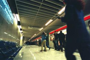 Πτώση άνδρα στις ράγες του Μετρό – Μεταφέρθηκε στο νοσοκομείο