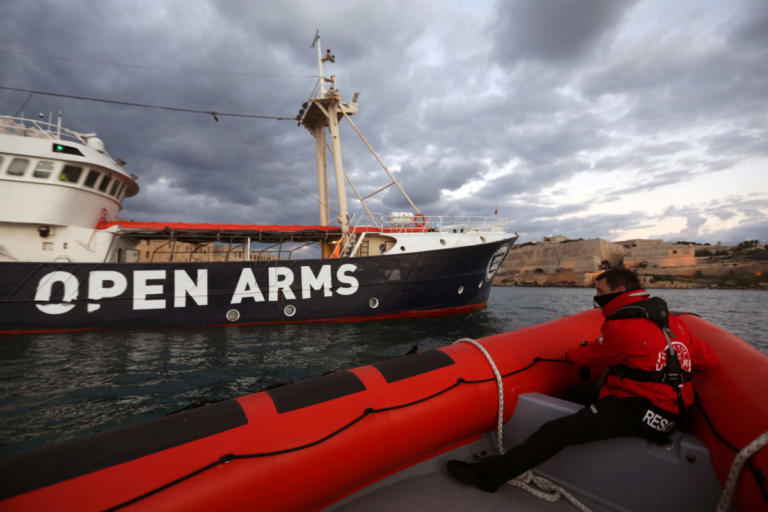 """Έπιασε λιμάνι το """"Open Arms"""" – 300 μετανάστες δέχθηκε η Ισπανία"""