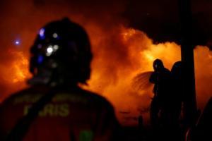 """Μακρόν: Επαγγελματίες ταραξίες με """"Κίτρινα Γιλέκα"""" καίνε το Παρίσι – 95 τραυματίες – Τουλάχιστον 224 συλλήψεις – Video"""