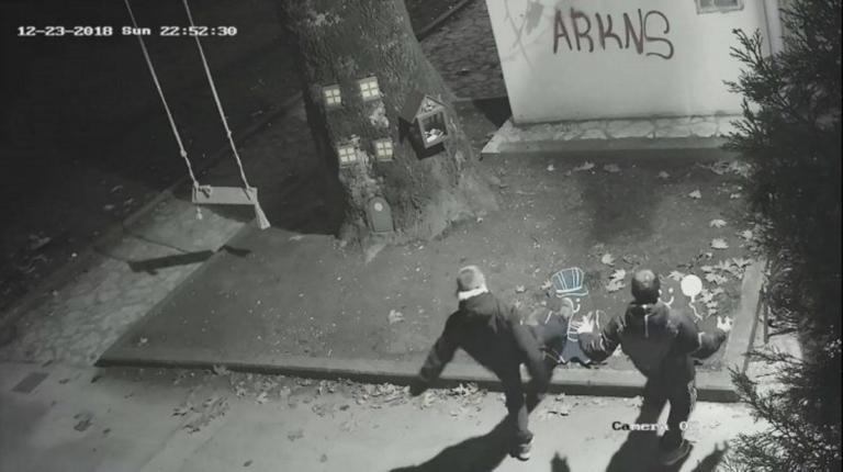 Τρίκαλα: Οι κάμερες κατέγραψαν τους νεαρούς που τα έσπασαν στην πόλη