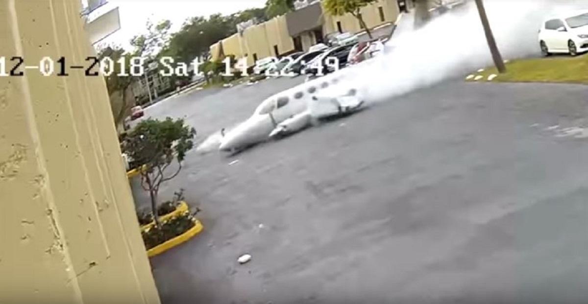 Απίστευτο video – Αεροπλάνο πέφτει σε κτήριο