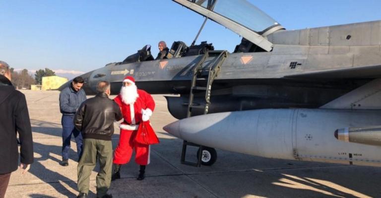 Λάρισα: Ο Άγιος Βασίλης έφτασε με μαχητικό αεροσκάφος – video