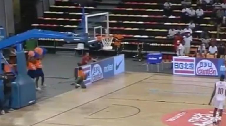 Η κορυφαία απόκρουση της εβδομάδας έγινε σε γήπεδο μπάσκετ! – video