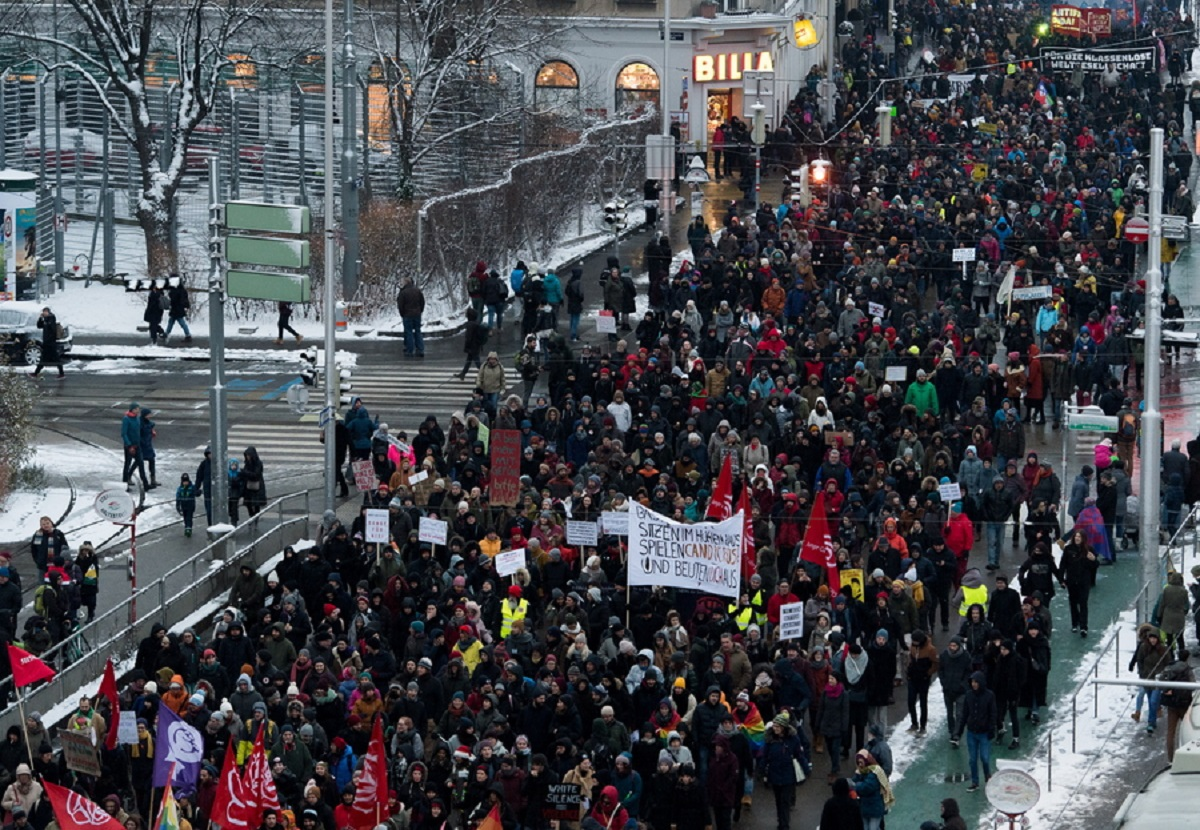 Αυστρία: Στους δρόμους κατά της συγκυβέρνησης δεξιάς-ακροδεξιάς!