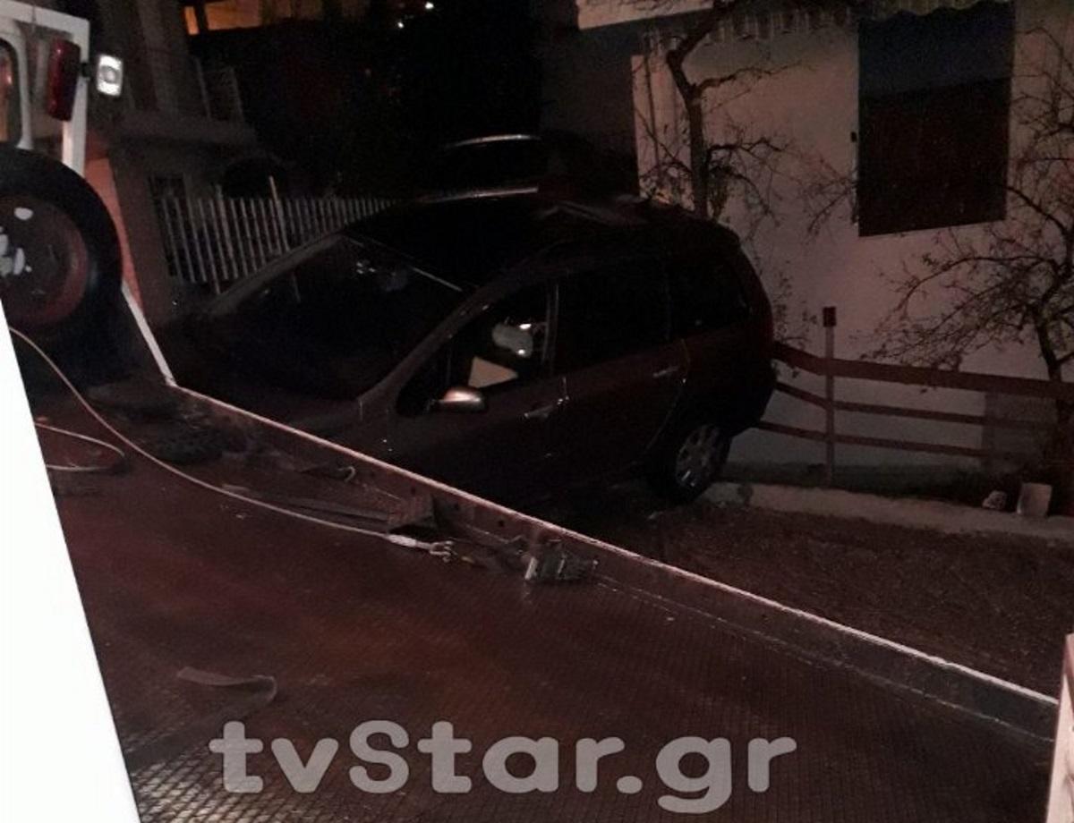 Λαμία: Αυτοκίνητο και φορτηγό έπεσαν σε αυλή σπιτιού! [pics]