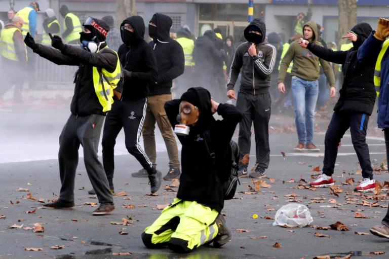 """""""Κίτρινα γιλέκα"""": Κράτησαν Βέλγους διαδηλωτές σε στάβλους για άλογα! Video"""